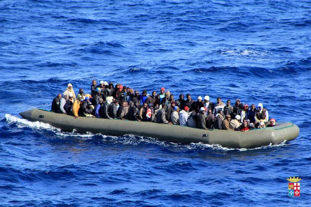 Na takich łodziach uchodźcy przeprawiają się przez morze /AFP