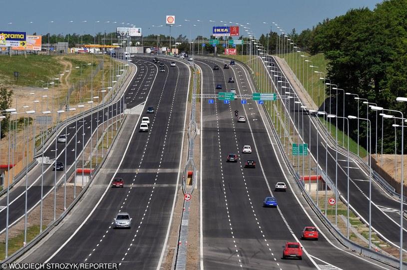 Na takich nowoczesnych drogach jeździ się szybko, a do wypadków dochodzi rzadko /Wojciech Stróżyk /Reporter