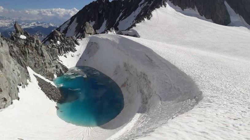 Na takie jezioro podczas wspinaczki na Mont Blanc natknął się Bryan Mestre /materiały prasowe