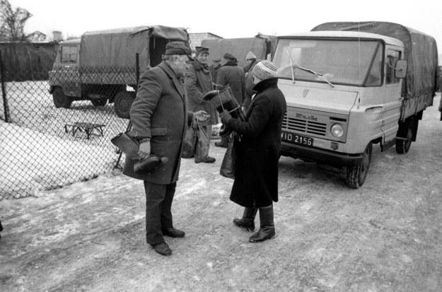 Na targowisku w Górze Kalwarii, rok 1986. W tle dostawczaki marki Żuk - samochody polskiego prywaciarza /Jacek Marczewski /Agencja FORUM