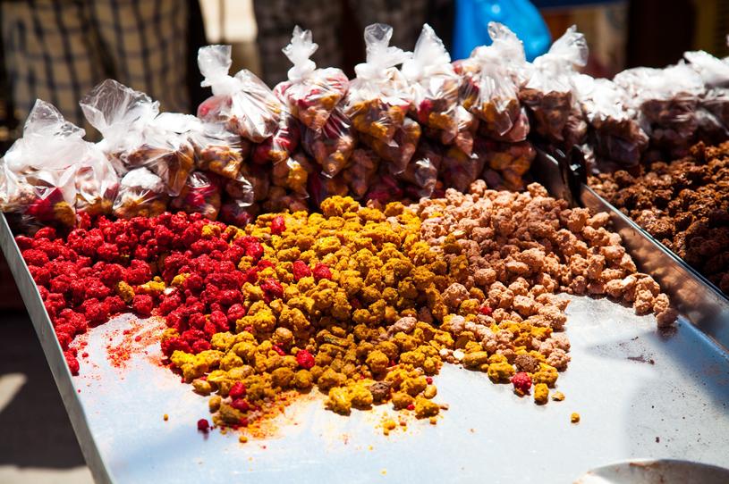 Na targu w Houmt Souk można kupić lokalne specjały /123RF/PICSEL