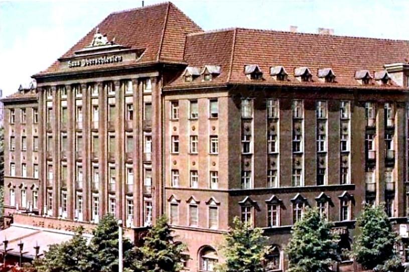 Na tej kolorowej widokówce widać gliwicki hotel Haus Oberschlesien, gdzie przez kilka dni mieszkali esesmani, którzy wieczorem 31 sierpnia 1939 roku napadli na radiostację w Gleiwitz. /Odkrywca