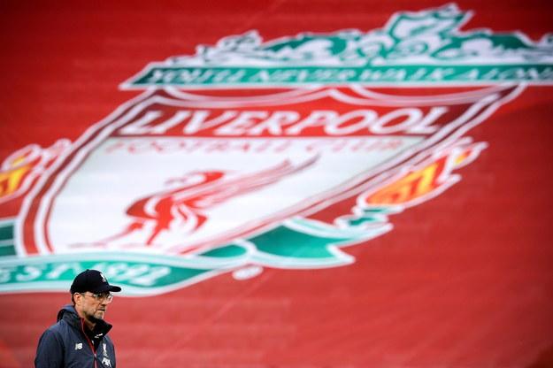 Na tle herbu Liverpoolu: szkoleniowiec mistrzów Anglii Juergen Klopp /LAURENCE GRIFFITHS/NMC/POOL /PAP/EPA