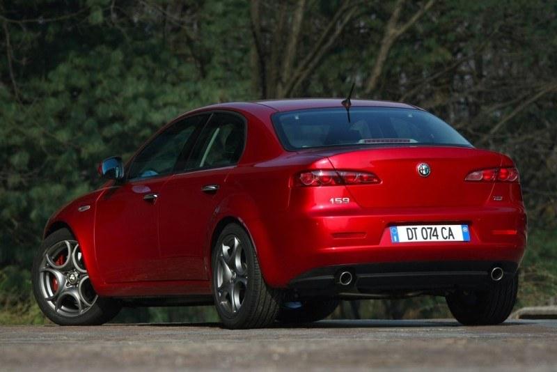 Na tle klasowych rywali Alfa Romeo 159 wydaje się nie tylko bardziej oryginalnym, ale też stosunkowo rozsądnym wyborem /
