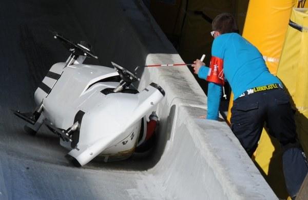 Na torze bobslejowym często dochodzi do wypadków /AFP