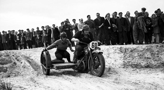 Na trasie wyścigu sidecarów motocykl BMW model R-12. Był to jeden z najpopularniejszy motocykli Wehrmachtu. Po wojnie z posłużył do zmagań sportowych /Archiwum Tomasza Szczerbickiego