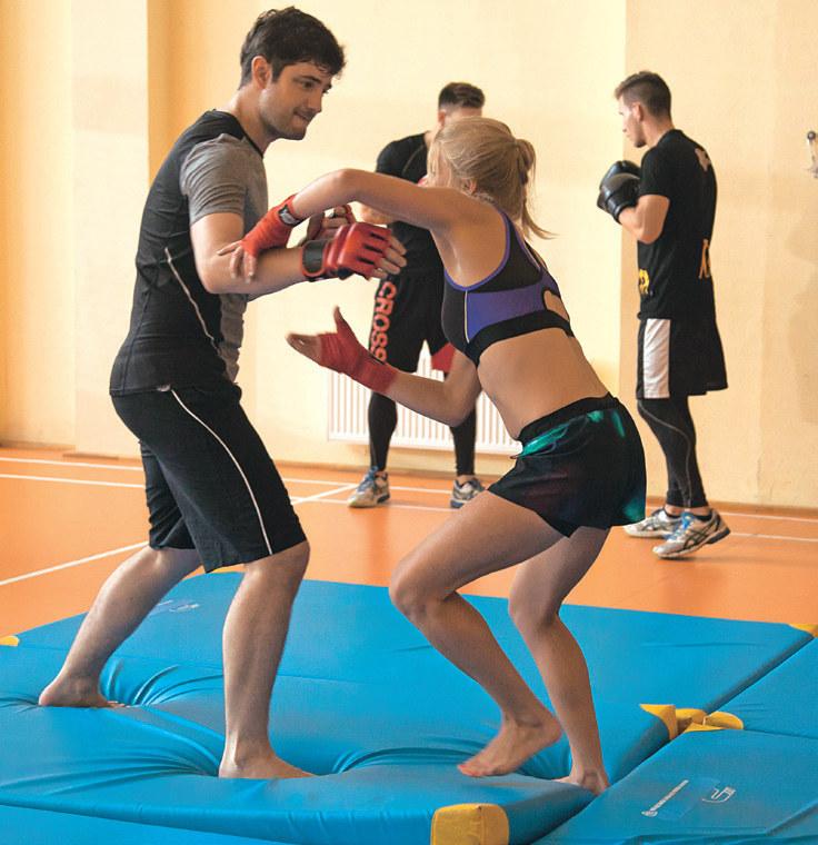 Na treningu MMA (mieszane sporty walki) Adam pozna Anetę /Świat Seriali