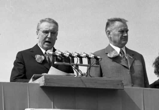 Na trybunie honorowej przemawia I sekretarz KC PZPR Edward Gierek, obok premier Piotr Jaroszewicz /Z archiwum Narodowego Archiwum Cyfrowego
