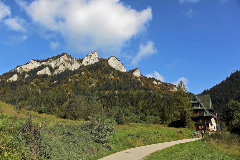 Na Trzy Korony można udać się szlakiem ze Sromowców. Na początku trasy mijamy schronisko /Marek Podmokły /
