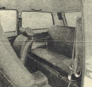 Na tylnej kanapie wygodnie mieszczą się trzy osoby. Wnętrze Niwy przypomina raczej wygodną limuzynę, a nie samochód terenowy. /Motor