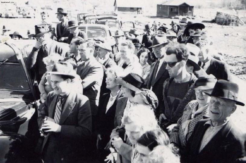 Na tym zdjęciu ma być podróżujący w czasie John Titor (w okularach po prawej) /INTERIA.PL/materiały prasowe