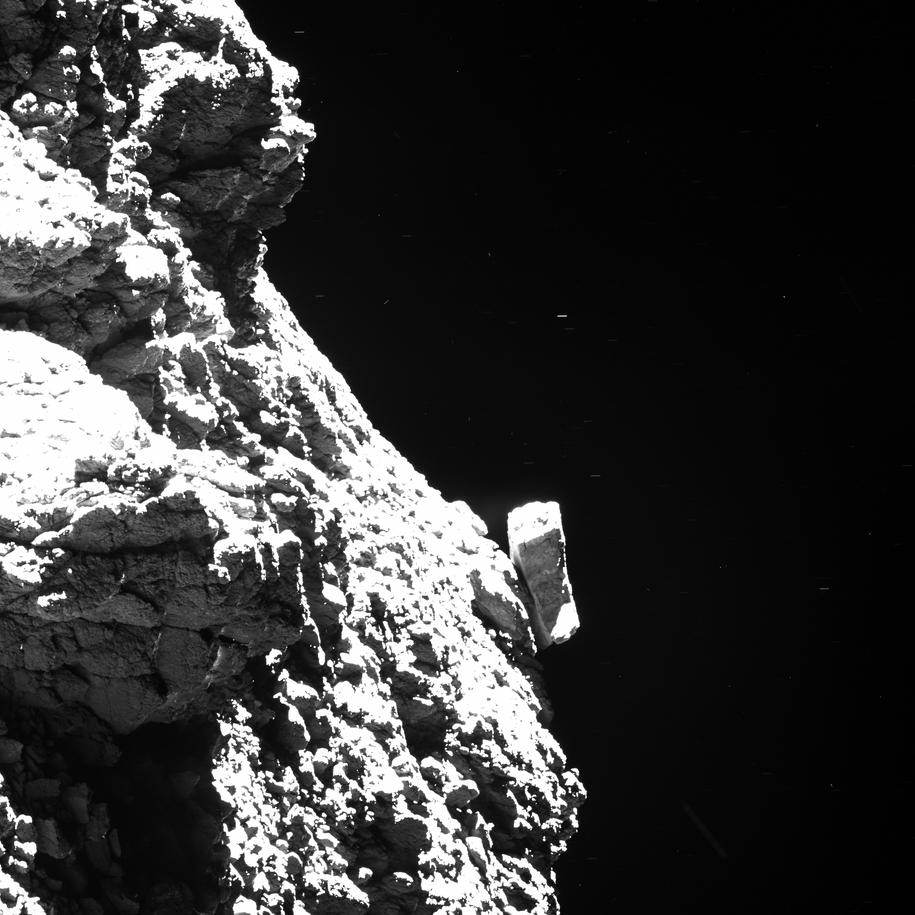 Na tym zdjęciu, wykonanym 30 sierpnia 2016 roku widać jedną z trzech nóg lądownika Philae (blisko lewej krawędzi, około 1/3 zdjęcia od góry). /ESA/Rosetta/MPS for OSIRIS Team MPS/UPD/LAM/IAA/SSO/INTA/UPM/DASP/IDA (CC BY-SA 4.0) /Materiały prasowe