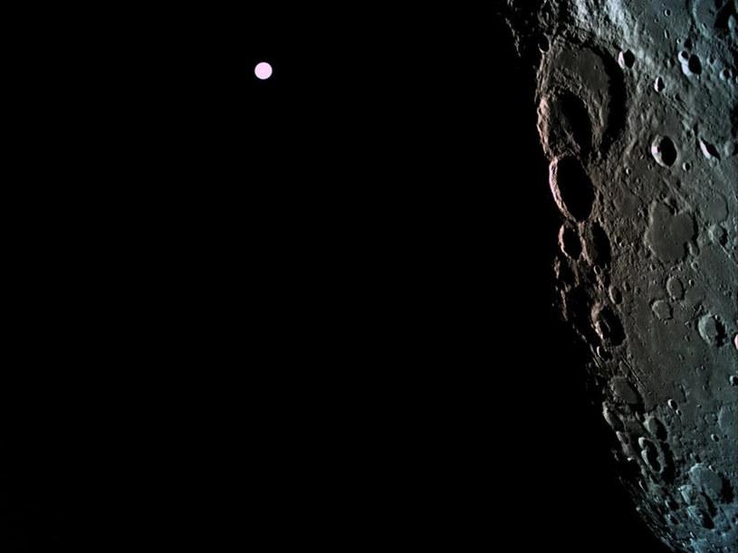 Na tym zdjęciu wykonanym 4 kwietnia 2019 roku podczas manewru wejścia na orbitę Księżyca, widać w tle Ziemię /materiały prasowe