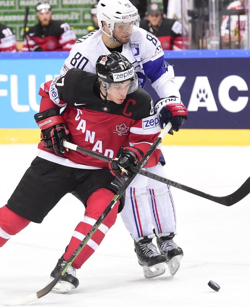 Na ubiegłorocznych MŚ w Czechach Teddy da Costa (z tyłu) walczył z Sidneyem Crosbym. Kanada wygrała z Francją ledwie 4-3. /AFP