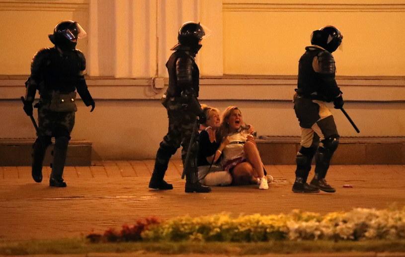 Na ulicach białoruskich miast milicjanci dławią protesty /PAP/EPA