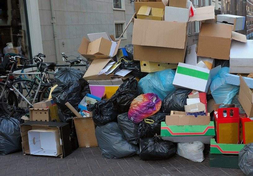 Na ulicach niektórych polskich miast zalegają sterty śmieci /123RF/PICSEL