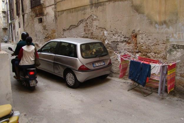 Na ulicach Palermo  dominują auta nie pierwszej młodości, małe, co najwyżej segmentu B /INTERIA.PL