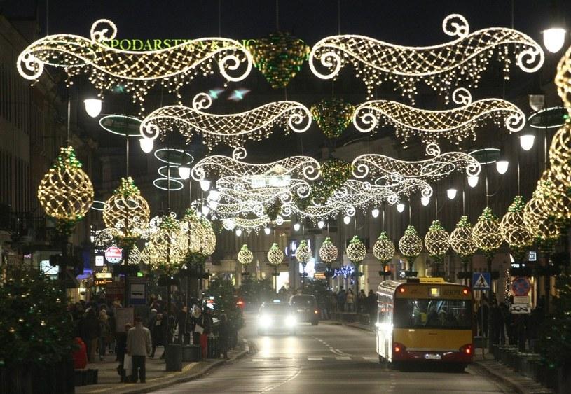Na ulicach Warszawy już świątecznie... /Michał Dyjuk /Reporter