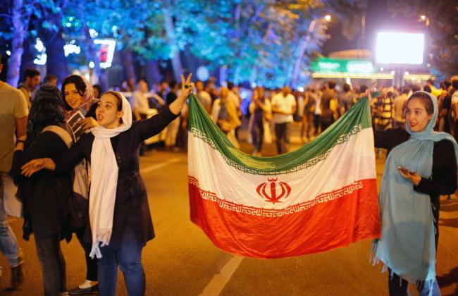 Na ulice Teheranu wyszły setki Irańczyków, by świętować podpisanie porozumienia /Abedin Taherkenareh   /PAP/EPA