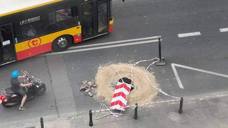 """Na ulicy Madalińskiego pojawiła się dziura. """"Komuś może stać się krzywda"""" /Polsat News"""