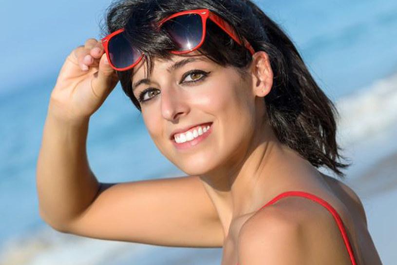 Na urlopie używaj kosmetyków wododpornych i z filtrami UV /123RF/PICSEL