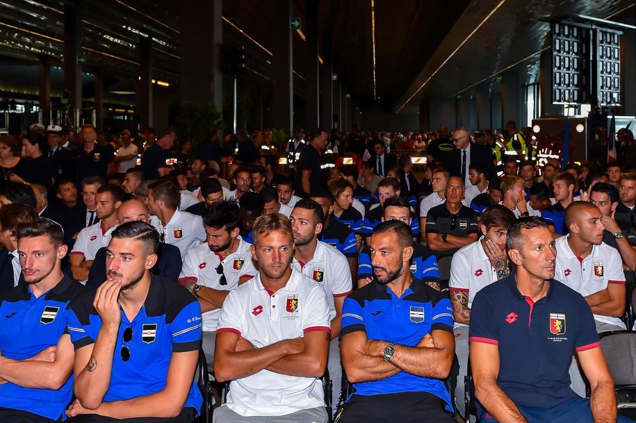 Na uroczystości pogrzebowe przybyli piłkarze obu miejscowych klubów piłkarskich Genoa i Sampdoria /SIMONE ARVEDA /PAP/EPA