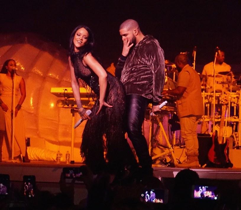 """Na """"Views"""" bronią się jedynie """"One Dance"""", """"Hotline Bling"""" oraz """"Too Good"""" z Rihanną (na zdjęciu obok rapera) /Splash News /East News"""