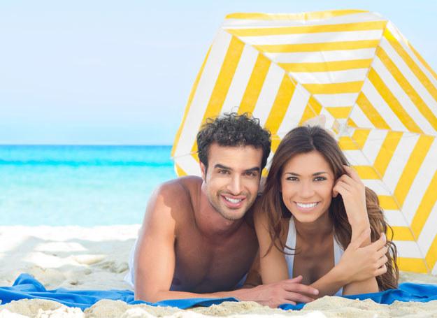 Na wakacjach bierz przykład z męża /123RF/PICSEL