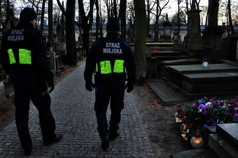 Na warszawskich Powązkach po naszej interwencji pojawiło się więcej patroli /Krzysztof Berenda /RMF FM