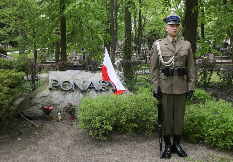 Na warszawskich Powązkach uczczono pamięć ludności polskiej i żydowskiej zamordowanej w latach 1941-44 w Ponarach - obecnie dzielnicy Wilna - przez oddziały SS, policji niemieckiej i kolaboracyjnej policji litewskiej. /Paweł Supernak /PAP