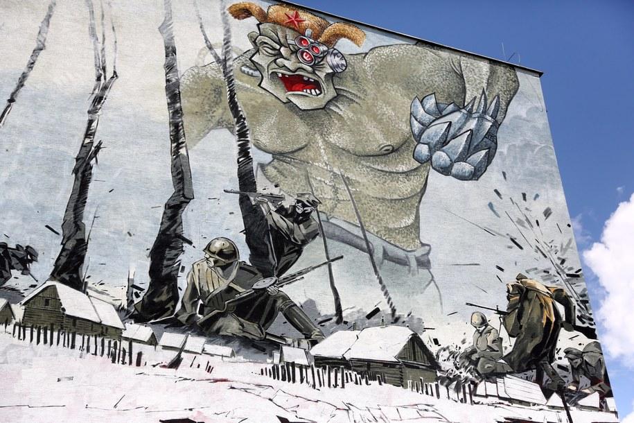 Na warszawskim Ursynowie powstał 200-metrowy mural ukazujący Witolda Pileckiego oraz innych Żołnierzy Wyklętych / Tomasz Gzell    /PAP