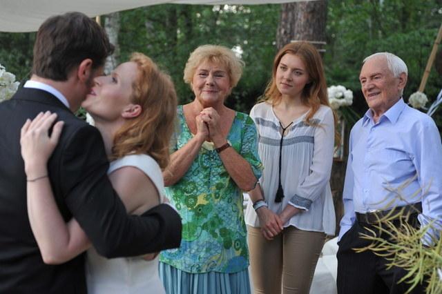 Na weselu w Grabinie zjawi się cała rodzina. Wszyscy są tacy szczęśliwi! /Agencja W. Impact