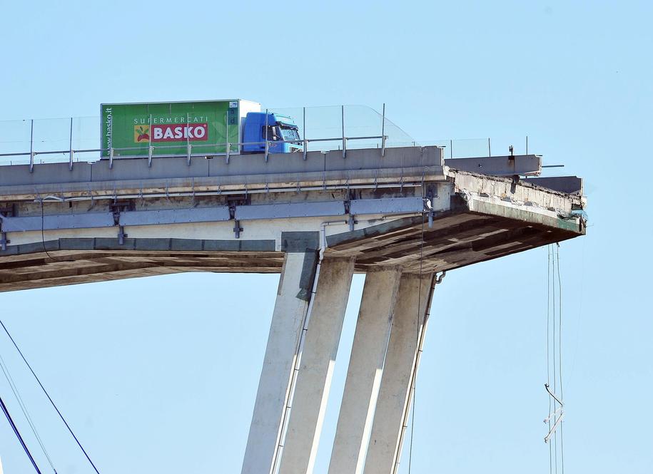 Na wiadukcie nadal stoi  ciężarówka z włączonym silnikiem /ALESSANDRO DI MARCO  /PAP/EPA