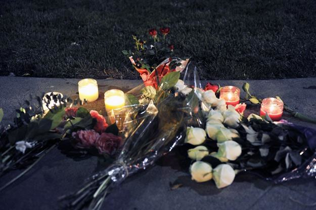 Na wieść o śmierci swojej idolki fani zaczęli przynosić kwiaty i znicze - fot. Toby Canham /Getty Images/Flash Press Media