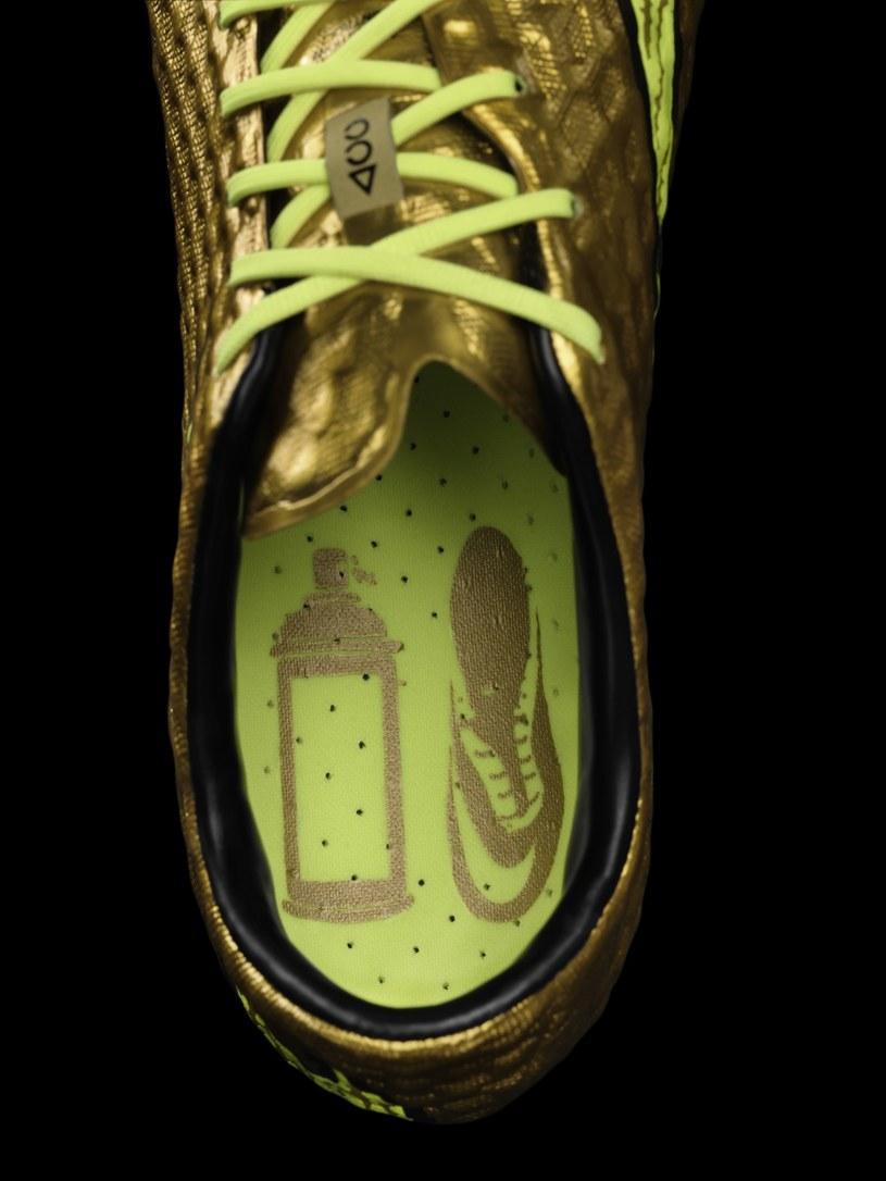 Na wkładce buta znajduje się grafika przedstawiająca puszkę złotej farby w sprayu /materiały prasowe