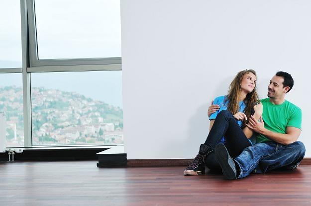 Na własne mieszkanie można zarobić po kilku latach pracy za granicą /©123RF/PICSEL