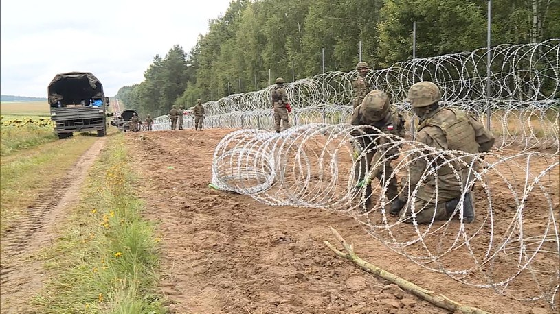 Na wschodniej granicy powstał płot, który ma zapobiec przedostawaniu się nielegalnych imigrantów z Białorusi do Polski /Polsat News