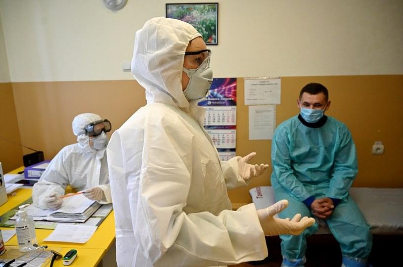 Na wschodzie kraju brakuje lekarstw i środków higienicznych /SERGEI SUPINSKY /AFP