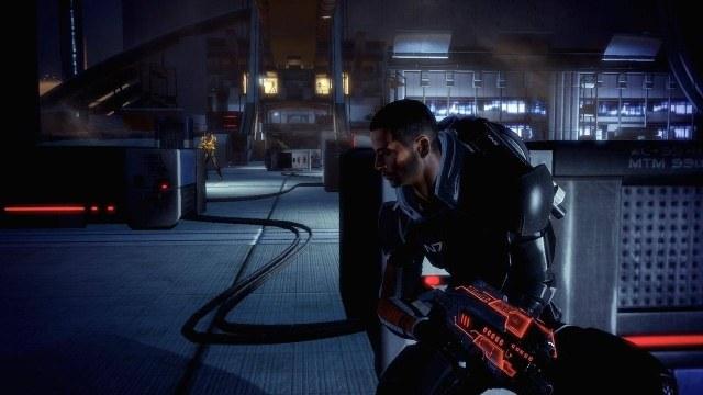 Na wypadek gdyby Shepard zgubił swój oręż bojowy, niektóre bronie potrafią świecić w ciemności /INTERIA.PL