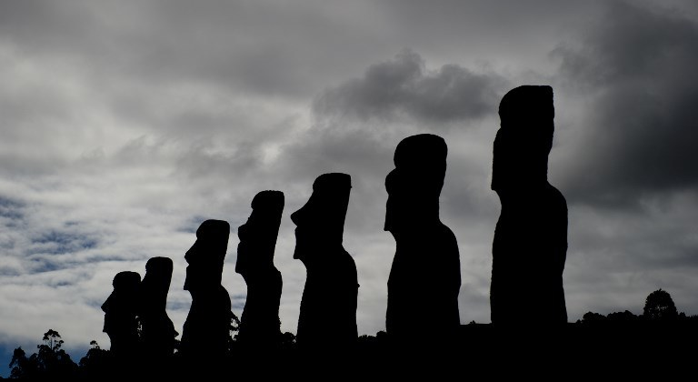 Na Wyspie Wielkanocnej znajduje się aż 887 kamiennych posągów /AFP