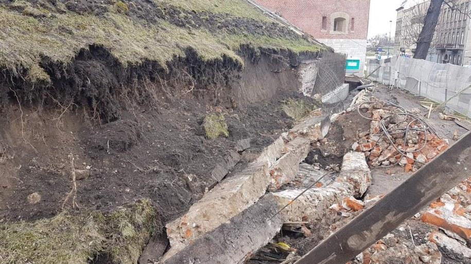 Na wzgórzu Wawelskim osunął się fragment ziemii /Marek Wiosło /RMF FM