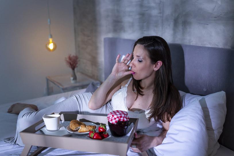 Na zaburzenia snu cierpi już niemal połowa Polaków. Przyczyniają się do tego złe nawyki /123RF/PICSEL