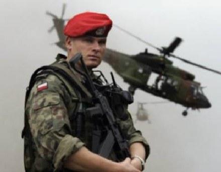 Na zagraniczne misje powinni jeździć zawodowcy - uważają eksperci /AFP