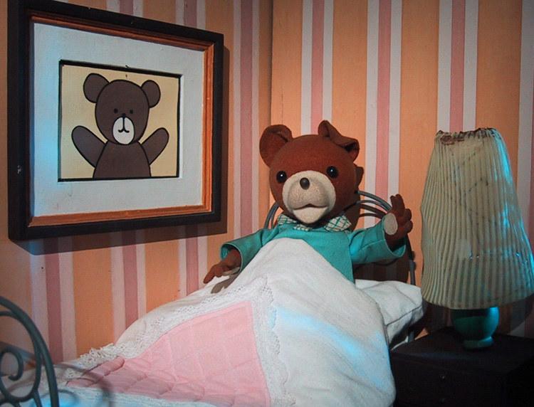 Na zakończenie każdego odcinka kładł się do łóżeczka, śpiewając piosenkę: – Pora na dobranoc, bo już księżyc świeci. Dzieci lubią misie, misie lubią dzieci. /Film Polski /materiały prasowe