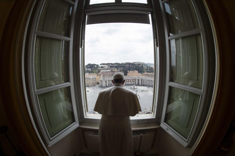 Na zakończenie papież Franciszek stanął w oknie Pałacu Apostolskiego, z którego zawsze odmawiał modlitwę i patrząc na całkowicie pusty, zamknięty Plac Świętego Piotra, udzielił błogosławieństwa. /VATICAN MEDIA HANDOUT /PAP/EPA