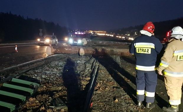 Na zakopiance przewróciła się ciężarówka z drewnem