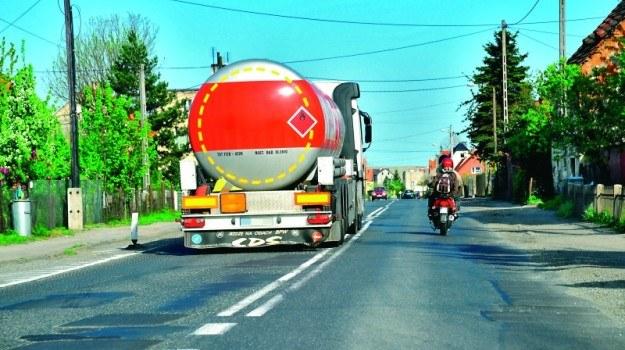 Na zakręcie oznaczonym znakami ostrzegawczymi i na skrzyżowaniu nie można wyprzedzać motocykla, przepisy jednak dopuszczają wyprzedzanie motorowerów. /Motor