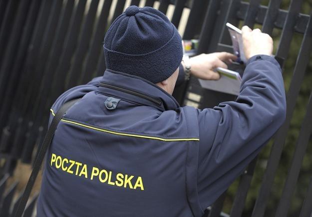 Na zakupie nowych mundurów dla listonoszy Poczta Polska mogła stracić 12 mln zł. Fot. D. Brykczyński /Reporter
