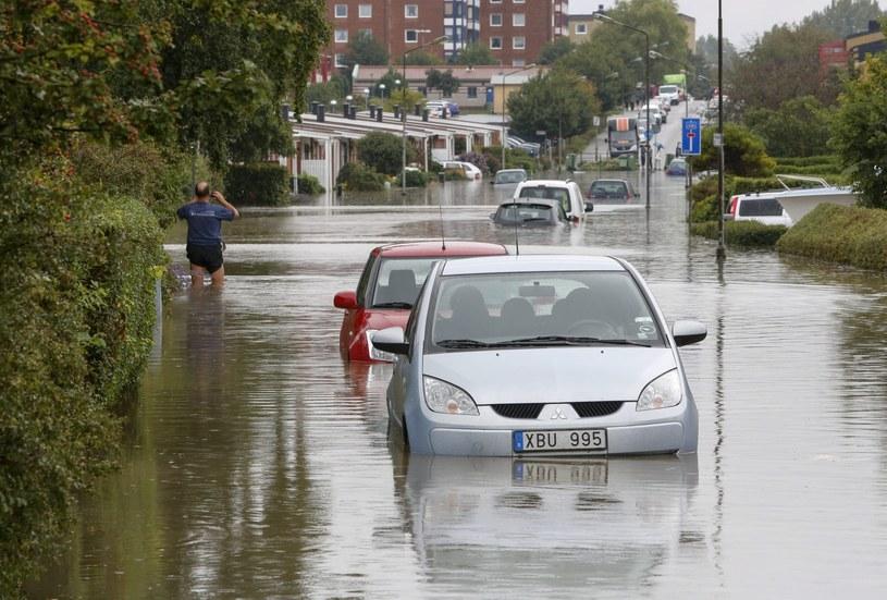 Na zalanych ulicach w Szwecji utknęły pojazdy. /Stig-Ake Jonsson /PAP/EPA