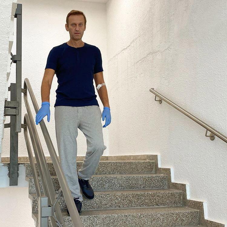 Na zdj. Aleksiej Nawalny na schodach berlińskiego szpitala /ALEXEI NAVALNY HANDOUT /PAP/EPA